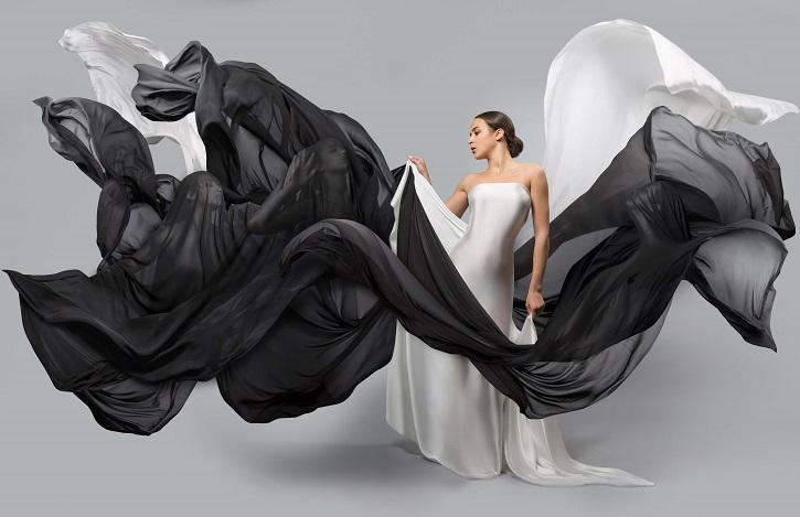 白と黒のドレスを着る女性