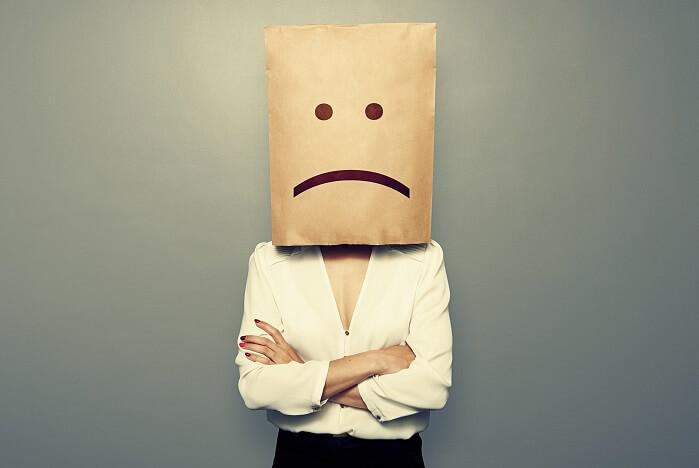 不満顔の紙袋を被った女性