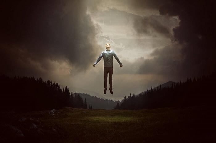 空に浮かぶ男性