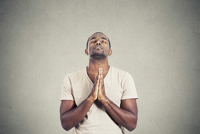 祈る黒人男性