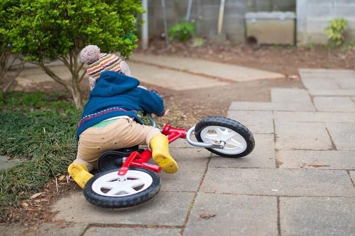 自転車で転ぶ子供